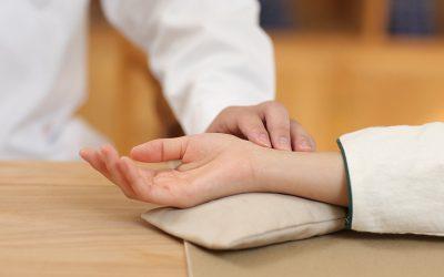 Megnézi a beteg pulzusát a kínai orvos és mindent tud róla.